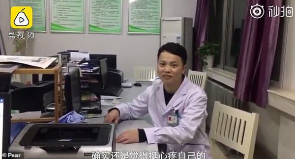 Bác sĩ phẫu thuật ngủ gục vì mệt nhưng vẫn nắm chặt cánh tay vừa nối lại cho bệnh nhân