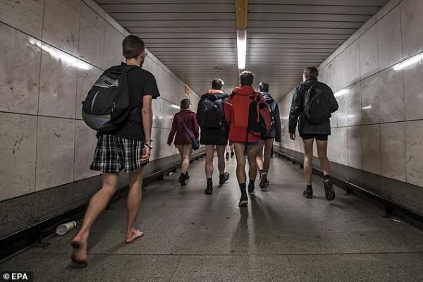 Hàng trăm người diện mỗi đồ lót trên tàu điện ngầm nhân ngày 'Không mặc quần quốc tế'