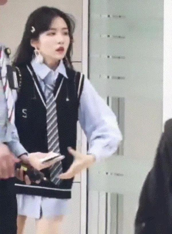 Fan cuồng trang điểm kỹ, cố bắt chuyện với BTS ở sân bay mong idol 'trúng tiếng sét ái tình'