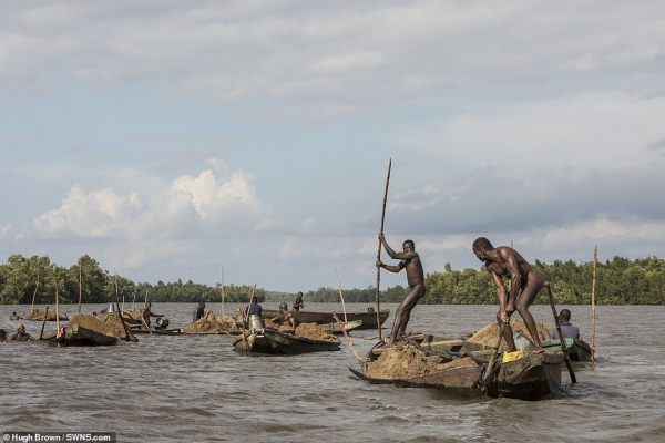 Trầm trồ trước cơ bắp của những thợ lặn đang làm công việc nguy hiểm nhất thế giới ở Cameroon