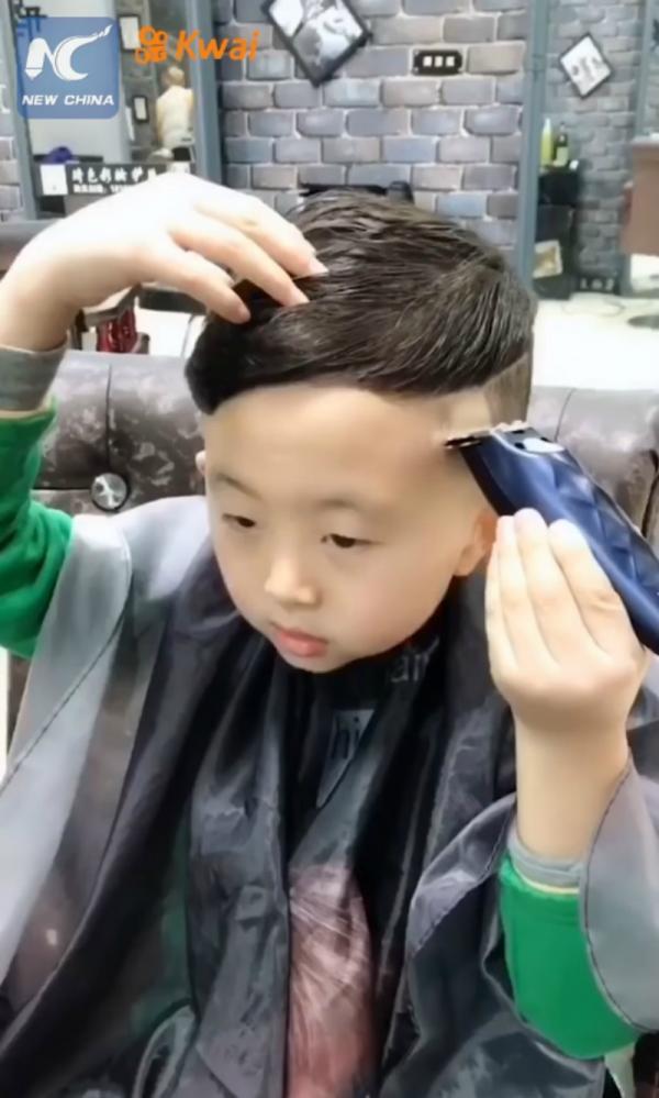 Cậu bé Trung Quốc mới 6 tuổi đã là thợ cắt tóc lành nghề