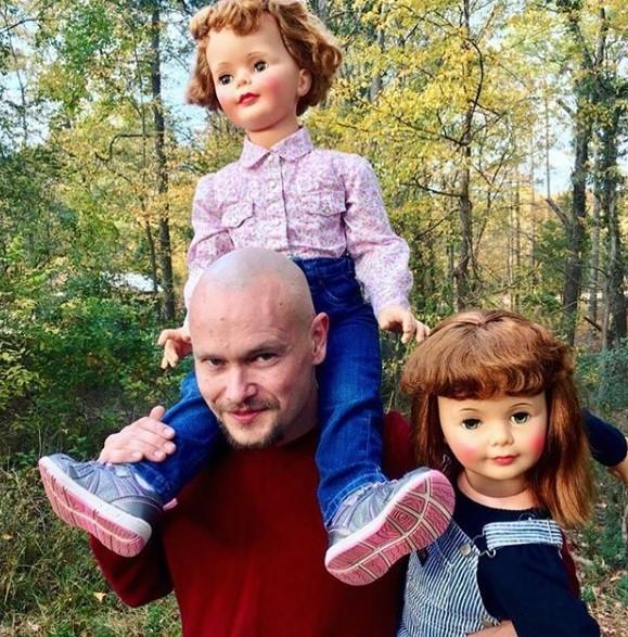 Cặp vợ chồng trẻ không sinh con mà nhận búp bê là connuôi
