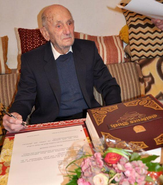 Nhìn lại toàn bộ cuộc đời của cụ ông sống lâu nhất thế giới vừa mất ở tuổi 113