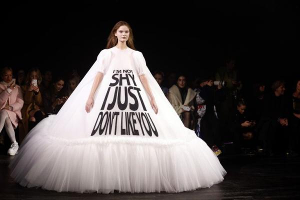 BST Viktor & Rolf: Khi những meme hài hước kết hợp với thời trang cao cấp