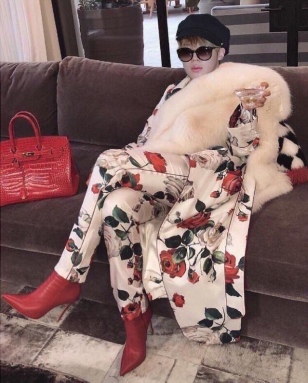 Cười đau bụng chuyện con gái cưng dán ảnh Jimin (BTS) ở khắp nhà và bắt bố mình chơi trò tìm kho báu