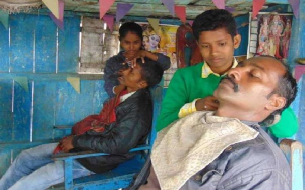 Hai chị em gái Ấn Độ giả trai để kế nghiệp cắt tóc của cha suốt 4 năm