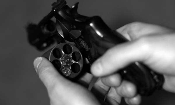 Một sĩ quan cảnh sát chết sau khi chơi trò cò quay Nga đầy may rủi
