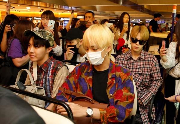 Cựu sasaeng lần đầu tiết lộ hành vi bệnh hoạn của hội fan cuồng khi ngồi cạnh BTS trên máy bay