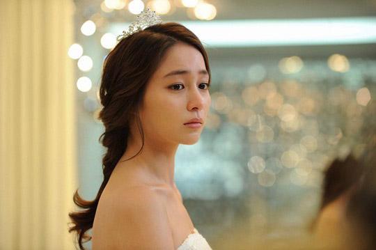 Sau những lần bị phản bội, ánh mắt Lee Min Jung nhìn Lee Byung Hun nay đã khác xưa quá rồi