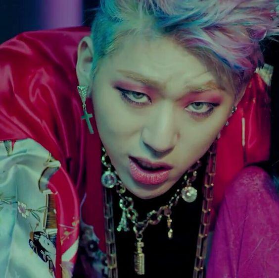 8 nam thần K-Pop tôn vinh vẻ đẹp phi giới tính khi trang điểm đậm