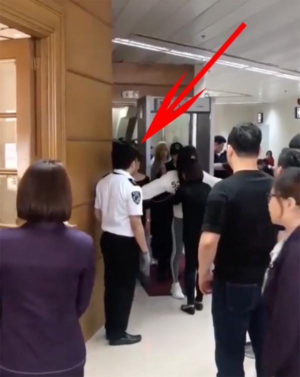 Cảnh sát sân bay Philippines gây phẫn nộ khi lén lút dùng camera ẩn quay cơ thể Black Pink