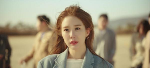 Yoo In Na 'cosplay' Song Hye Kyo và cảnh huyền thoại của 'Hậu Duệ Mặt Trời' trong phim mới