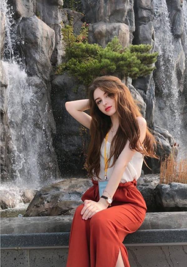 'Búp bê' Uzbekistan đang sống tại Hàn: Xinh như Anne Hathaway và cover nhạc Hàn ngọt lịm