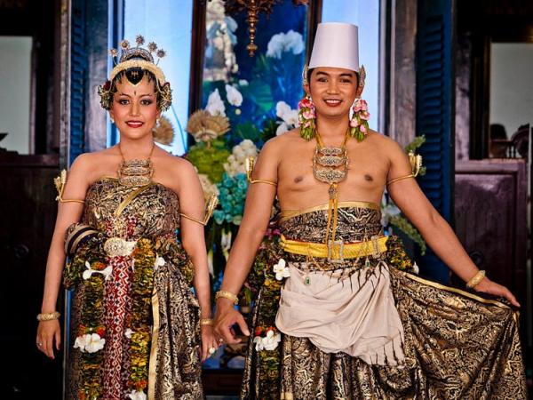 Các nàng dâu hoàng gia thường chọn váy cưới sang chảnh hay độc lạ?