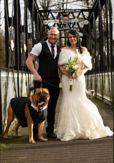 Cặp đôi gấp rút tổ chức hôn lễ khi biết chó cưng bị ung thư chỉ còn sống được vài tháng