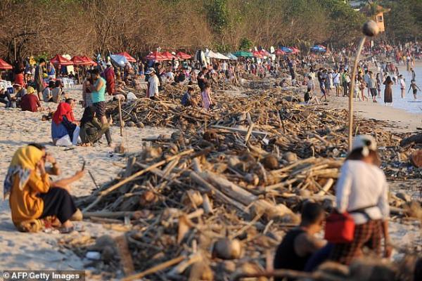 Bãi biển thiên đường của Bali bỗng chốc biến thành bãi rác khổng lồ
