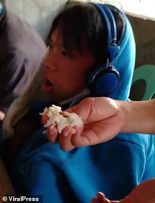 Người mẹ tận tuỵ đút cơm trong khi cậu con trai vẫn cắm đầu cày game
