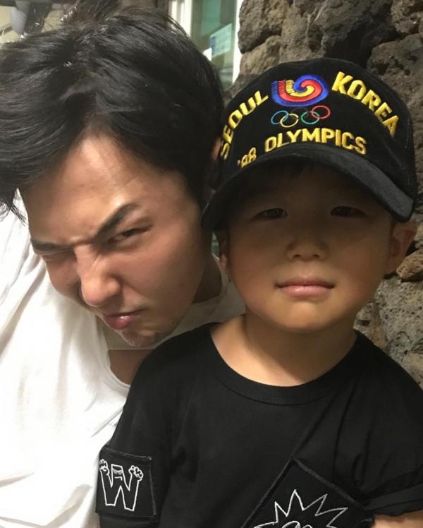 Lần đầu tiên lộ diện nhan sắc 'thủ khoa ngành đầu thai' - con trai của chủ tịch YG Yang Hyun Suk