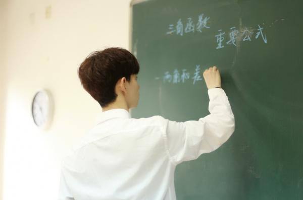 Nhan sắc các giáo viên dạy toán hot nhất MXH: Thanh xuân nợ tôi một người thầy soái ca!