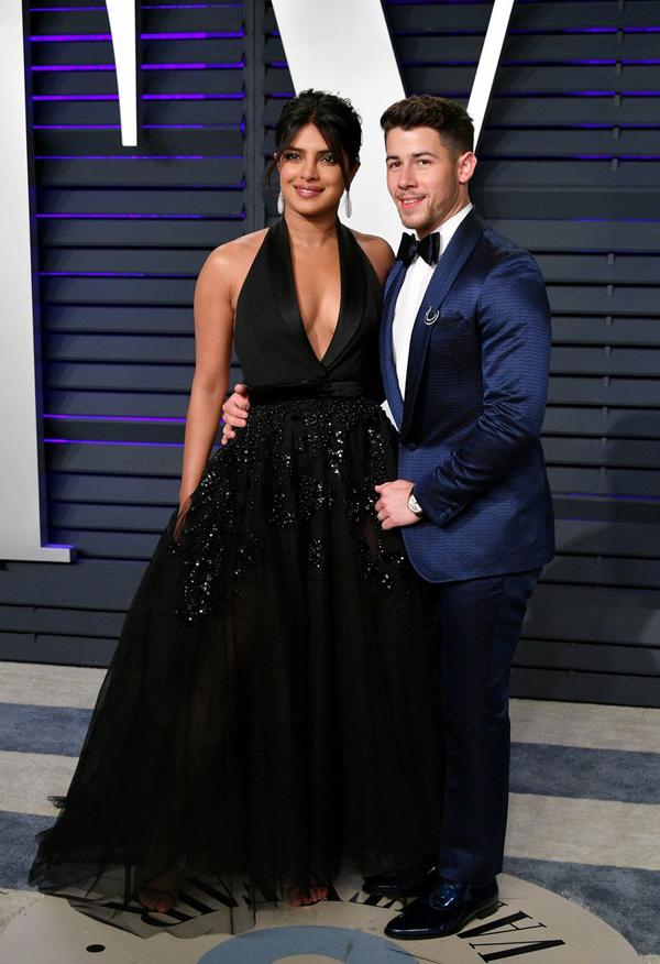 Tiệc hậu Oscar: Kendall Jenner nổi bần bật vì trang phục nhạy cảm, mặc váy mà như đóng khố