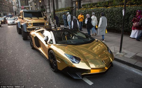 Nghẹn ngào nhìn siêu xe Lamborghini mạ vàng vừa mang ra khỏi ga-ra bốc cháy trước mắt mình