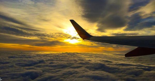 Vì sao cánh máy bay cong và cửa sổ máy bay có một lỗ nhỏ: Chuyện bí ẩn giờ đã có lời giải đáp