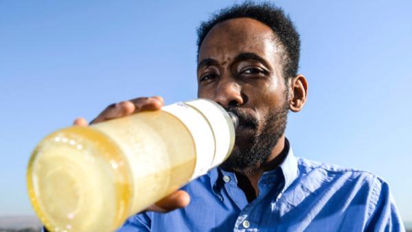 Ông anh 37 tuổi uống nước tiểu hàng ngày để có thể 'thông minh' hơn