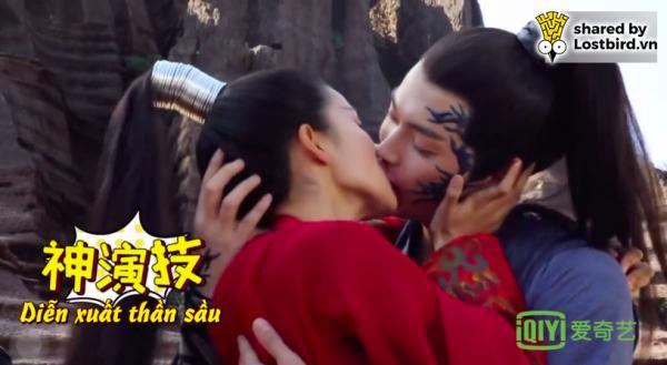 'Chiêu Diêu' gây sốt với cảnh Bạch Lộc cưỡng hôn Hứa Khải, hôn bạo liệt đến mức 'rơi cả da miệng'