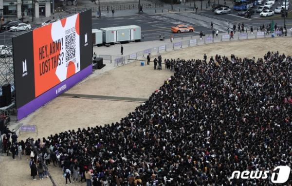 Du khách nước ngoài hoảng hốt tưởng có biểu tình khi nhìn cảnh 10.000 fan tụ tập tại sự kiện của BTS