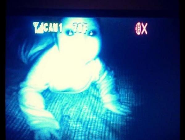 Nửa đêm dậy nhìn camera trong phòng trẻ con để rồi mất ngủ luôn