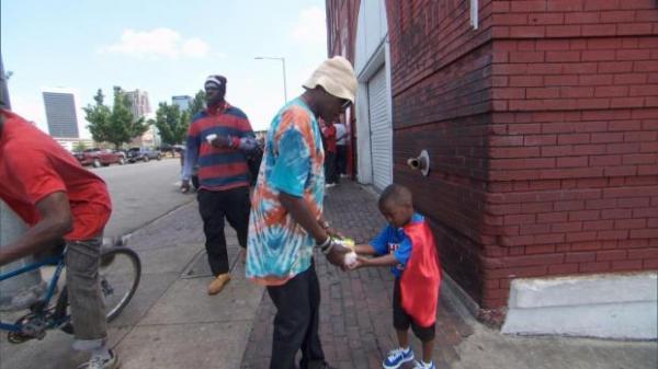 'Siêu anh hùng' 4 tuổi tặng đồ ăn cho những người vô gia cư trong thành phố
