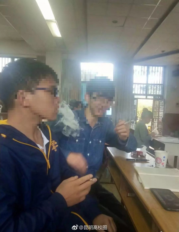 Một trường đại học Trung Quốc mở lớp học về thuốc lá cho phép sinh viên hút thuốc để hiểu bài