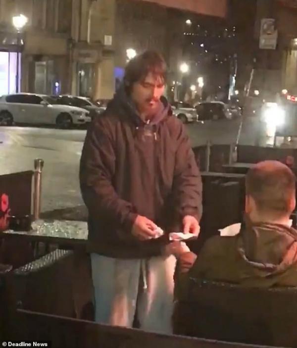 Đưa thẻ ngân hàng và mật khẩu cho một người vô gia cư xa lạ rút tiền, anh ta có trở lại hay không?