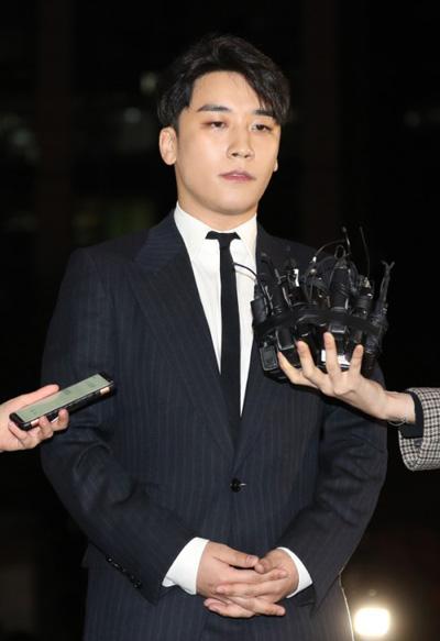Netizen Hàn 'cạn lời' khi thấy 200 fan Indonesia tụ tập, cổ vũ Seungri vượt qua scandal