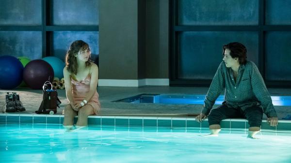 'Five Feet Apart': Chuyện tình dịu dàng và kì lạ của cặp đôi không thể đến gần nhau quá 5 bước chân