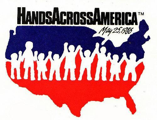 Vì sao những tên sát nhân áo đỏ trong 'Us' lại nắm tay nhau?