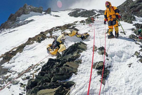 Băng tan trên đỉnh Everest phơi bày hơn 300 thi thể của các nhà leo núi