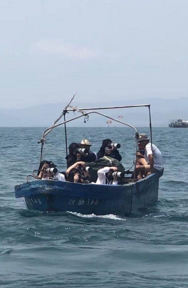 Fan Hàn choáng trước cảnh 6 'master nim' Trung Quốc thuê thuyền cá, lênh đênh trên biển chụp hình idol