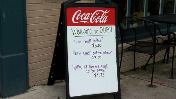 Càng lịch sự giá mua cafe càng rẻ chính là cách chủ quán đối phó với khách hàng thô lỗ