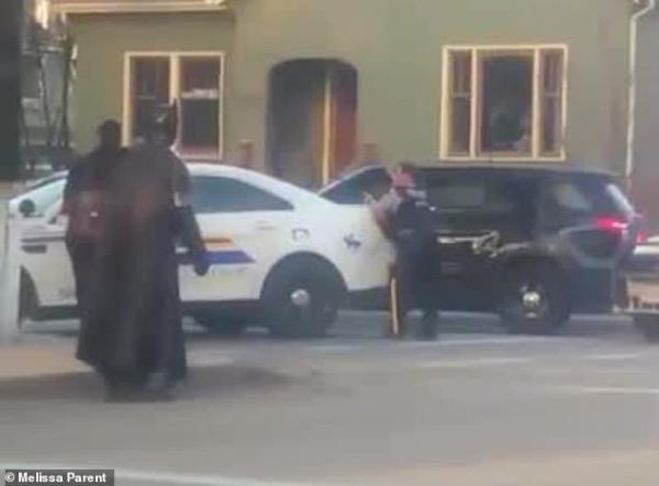 Rời Gotham, Người Dơi đến Canada xin hành hiệp nhưng lại bị cảnh sát đuổi đi