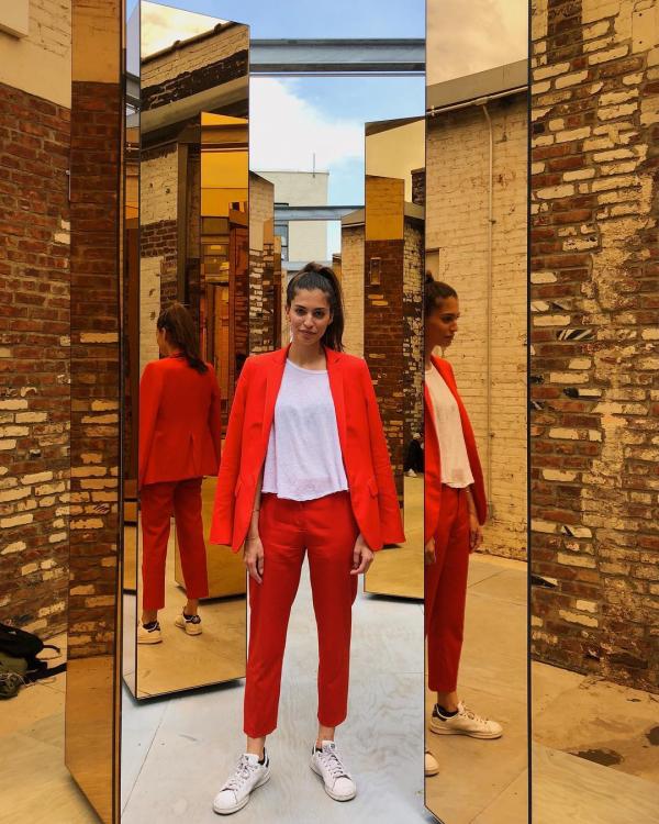 Cô gái mặc duy nhất 1 bộ quần áo trong suốt 2 tháng khiến nhiều người thay đổi tư duy thời trang