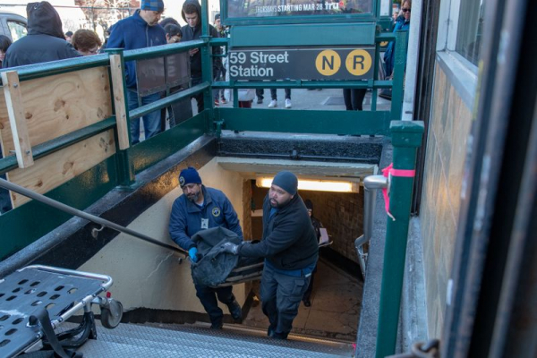 Tử nạn chỉ vì muốn nhặt lại chiếc điện thoại làm rơi trên đường ray tàu điện ngầm