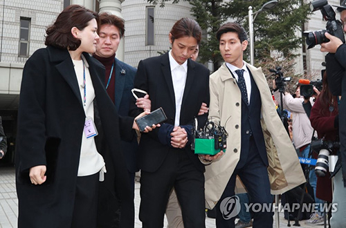 Dân mạng phát hiện trong quá khứ, Roy Kim từng trách Jung Joon Young 'Anh đã làm em bị vấy bẩn'
