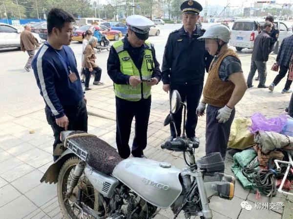 Người đàn ông Trung Quốc làm giả bằng lái để lừa cảnh sát nhưng lại quá lười để làm giống thật