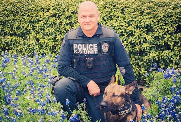 Các anh cảnh sát vui tính ở bang Texas và trào lưu chụp ảnh sương sương trong mùa hoa nở