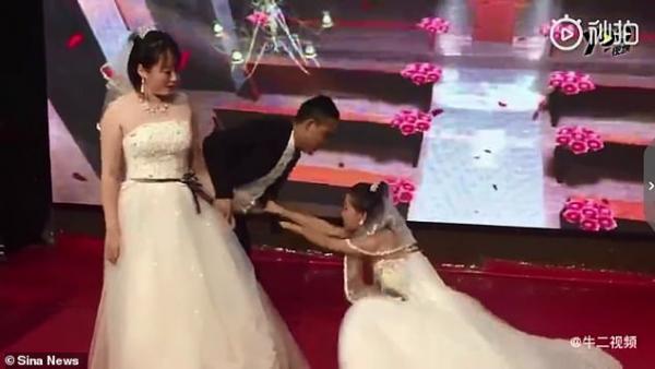 Người yêu cũ mặc áo cưới xông vào níu kéo chú rể quay lại khiến cô dâu giận tím mặt