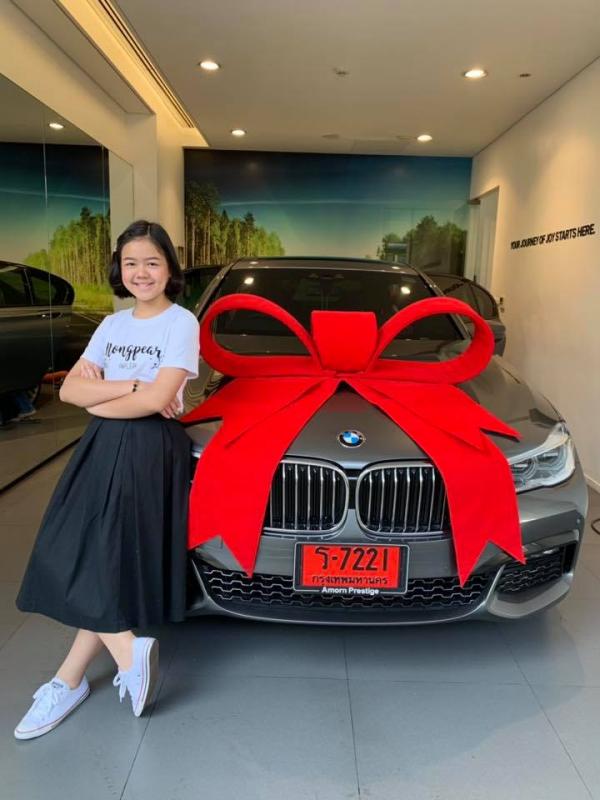 Thần đồng trang điểm 12 tuổi đã có thể tậu một chiếc xe sang làm quà sinh nhật cho mình