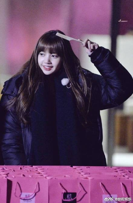 Bí mật lớn của K-Pop: Cách để tóc mái Lisa (BLACKPINK) không xê dịch trong mọi hoàn cảnh đã có lời giải đáp!