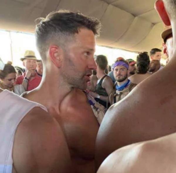 Cựu nghị sĩ Mỹ từng phản đối đồng tính đột nhiên hôn trai lạ tại lễ hội Coachella