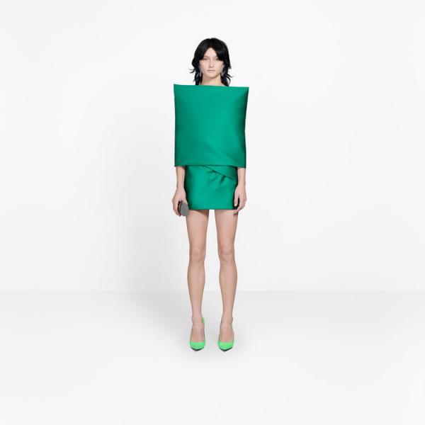 Balenciaga bị chế giễu vì chiếc váy trông không khác gì gối tựa